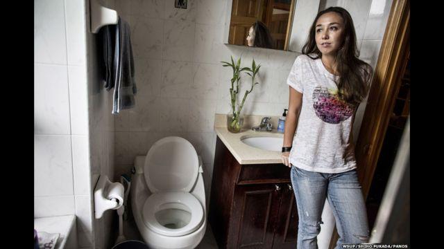 အမေရိကန် ပြည်ထောင်စု၊ နယူးယောက် မြို့က Mary ကတော့ အခန်းဖော် ၂ ယောက်နဲ့ အတူ နေပြီး ရေချိုးခန်း အိမ်သာကို တစ်လှည့်စီ သန့်ရှင်းရေး လုပ်ကြတယ်လို့ ပြောပါတယ်။ သူမ အရင်က ဘေဂျင်းမြို့မှာ နေခဲ့ဖူးပြီး အဲဒီတုန်းက သူနေတဲ့ တိုက်ခန်းမှာ အိမ်သာ မပါလို့ အများသုံး အိမ်သာကို သုံးခဲ့ရတယ်လို့ ဆိုပါတယ်။