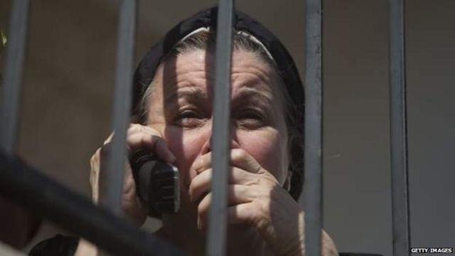 یک زن یهودی در نزدیکی کنیسه، محلی که حمله امروز روی داد