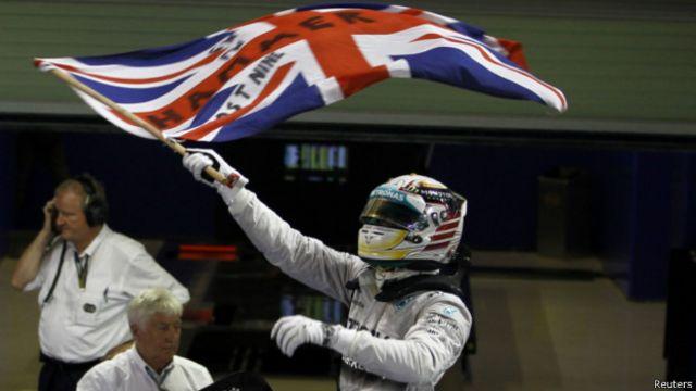 لیوس ہیملٹن نے پرچم لہرا کر اپنی جیت کی خوشی منائی