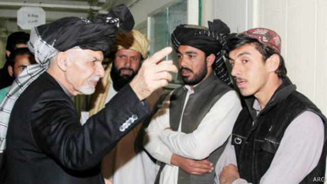 اشرف غنی رئیس جمهوری به بیمارستانی در کابل از زخمی های و خانوادههای قربانیان این رویداد دیدن کرده
