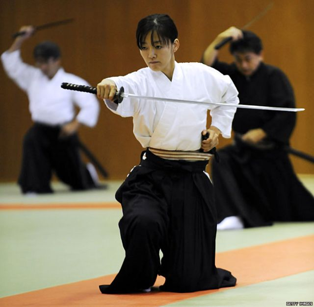 Maestros del Iaijutsu, el arte japonés relacionado con el desenvainado y el envainado del sable conocido como katana.