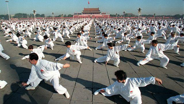 El origen de las artes marciales se asocia comúnmente con tradiciones de países en el este asiático.