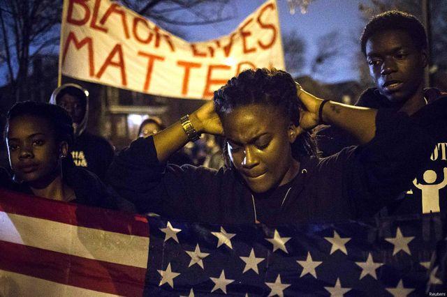 Sejumlah warga kulit hitam melakukan protes dan ingin Wilson didakwa atas kasus pembunuhan.