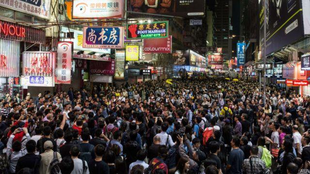 Para pengunjuk rasa terus berusaha menghalangi polisi yang hendak membersihkan kawasan.