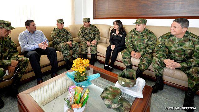 El general Alzate (a la derecha) y sus compañeros de cautiverio con el ministro de Defensa y los comandantes de las fuerzas militares luego de su liberación.