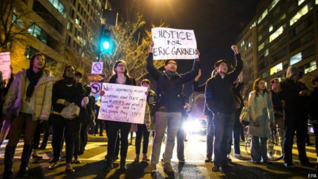 """En la capital Washington (imagen) y en Atlanta, Georgia, también hubo marchas espontáneas. Los manifestantes cantaban entre otros lemas """"Manos arriba, no disparen"""" y """"No puedo respirar"""", que fue lo que dijo Garner repetidamente antes de perder el conocimiento."""
