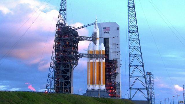 """Ракета """"Дельта-IV""""  ждет старта на мысе Канаверал во Флориде"""