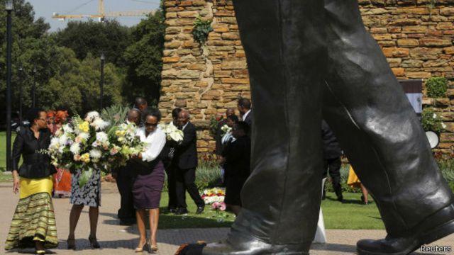 Né en 1918, Nelson Mandela s'est éteint le 5 décembre 2013 à Johannesburg.  Il repose à Qunu, son village d'enfance, dans le sud du pays.