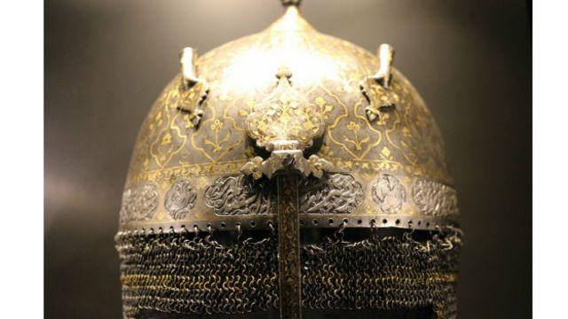 کلاهخود از دوران صفویه – موزه کاخ توپکاپی در استانبول