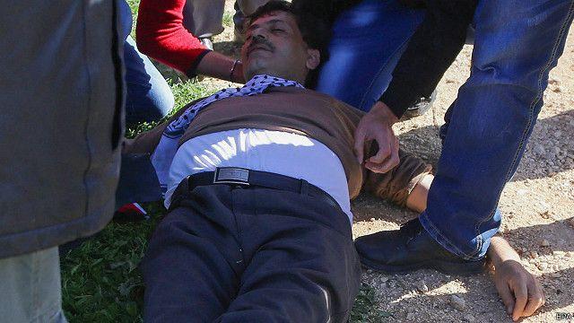 أظهرت صور أبو عين فاقدا للوعي بموقع الاحتجاج قبل نقله بسيارة إسعاف