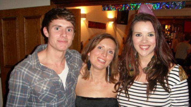 Claira ao lado do irmão e da irmã, que morreu após lutar mais de seis anos contra o câncer