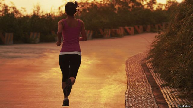"""Si se corre de la manera correcta el cuerpo """"flotará"""" por encima del suelo."""