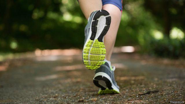 La pisada se debe hacer con la bola del pie, siempre de una manera suave y ligera sobre la superficie.