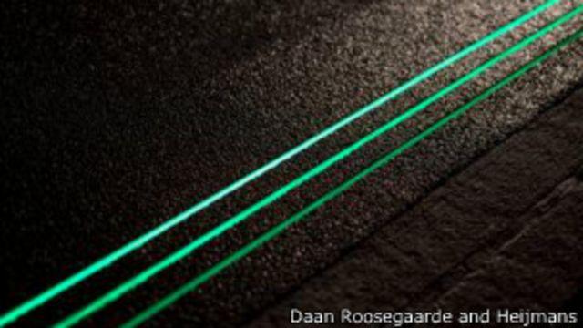 "Luz fluorescente que ilumina la ""carretera del futuro"" N329, en Oss, Holanda. (Foto de Daan Roosegaarde & Heijmans)."