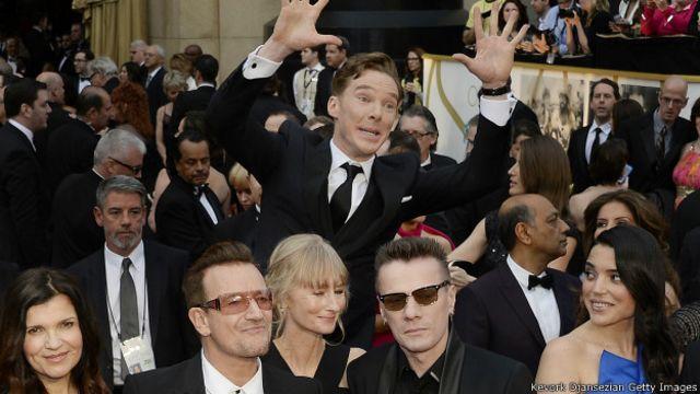 El actor inglés Benedict Cumberbatch apareció de la nada detrás de la banda de rock U2 durante la celebración de los Oscar 2014.