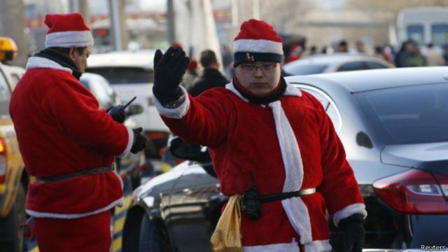 「聖誕老人」指揮交通