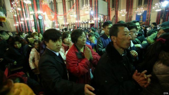 西什庫教堂祈禱人群