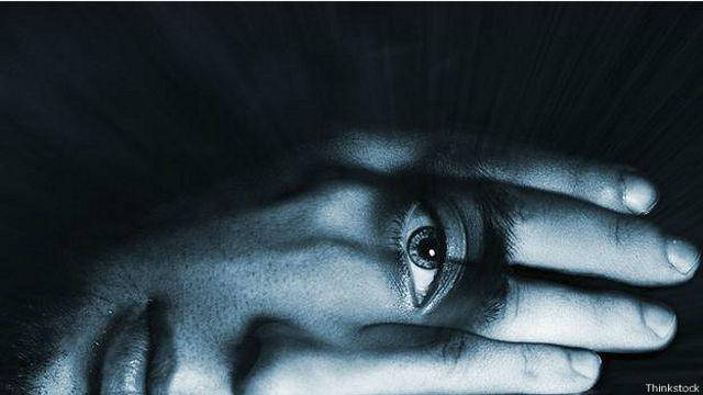 Глаз смотрит сквозь кисть правой руки