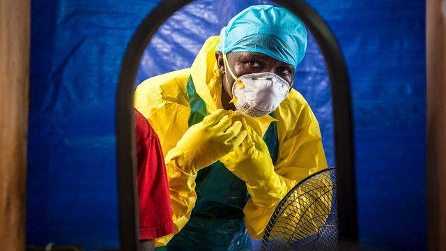 Umwe mu bafasha abrwayi ba Ebola yamabye ivyo kwingira muri Sierra Leone