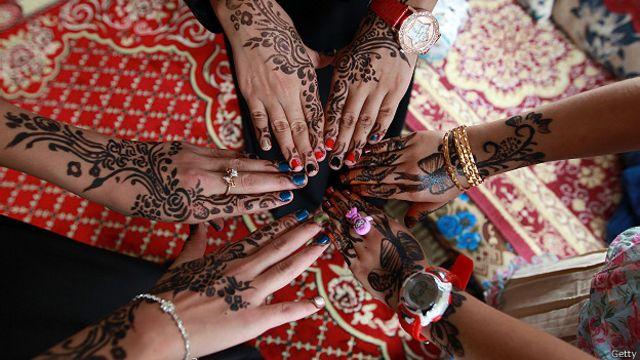 Йеменские девушки демонстрируют свои руки, украшенные традиционными рисунками хной по случаю окончания Рамадана