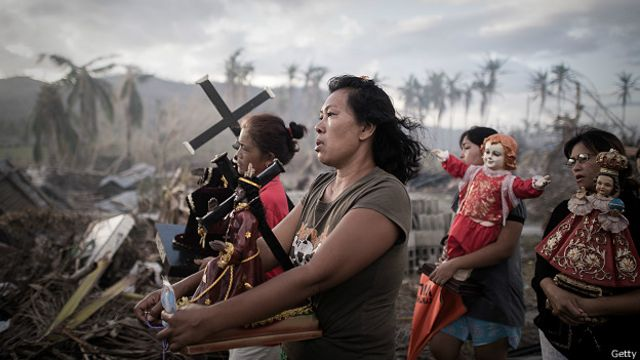 Религиозное шествие филиппинцев, спасшихся от мощного тайфуна Хайяна