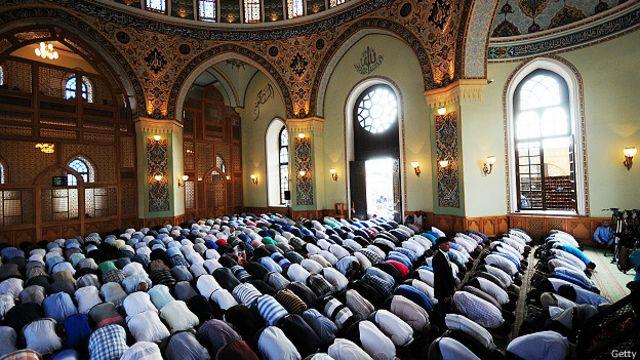 Азербайджанские мусульмане молятся перед окончанием Рамадана