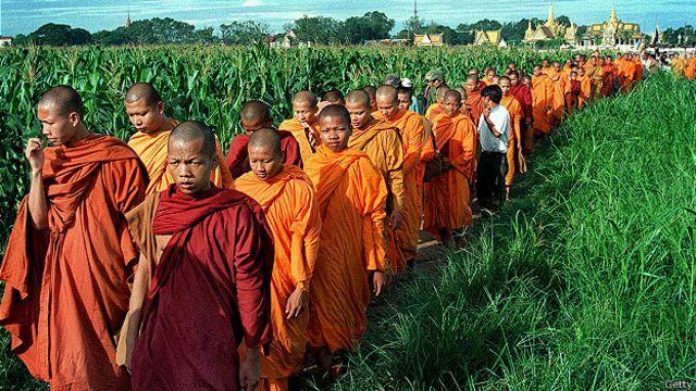 Буддистские монахи направляются в храм Сампов Трейлеак в Камбодже
