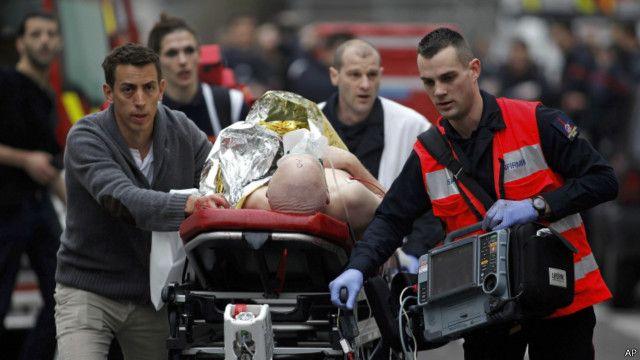 انتقال یکی از زخمیها به بیمارستان