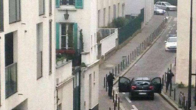 عکسی که از صحنه رویارویی مهاجمان (پایین تصویر) با پلیس منتشر شده است