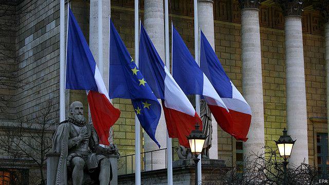 پرچم فرانسه در مقابل پارلمان آن کشور به حالت نیمهافراشته درآمده است