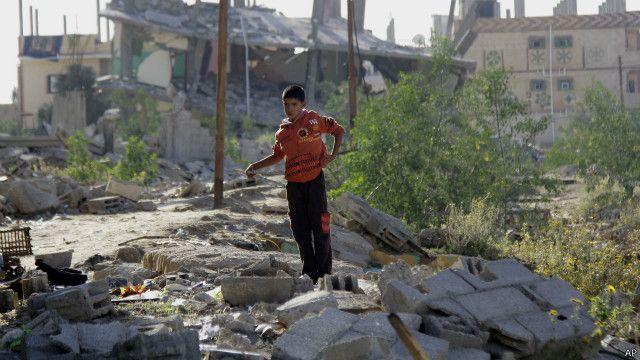 طفل يقف على أنقاض منزله الذي هدمه الجيش المصري في رفح.