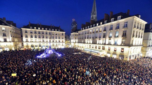 تجمع هزاران نفر برای ادای احترام به قربانیان حمله به دفتر مجله شارلی ابدو