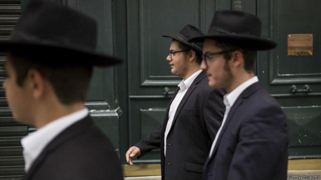 Члены ортодоксальной еврейской общиной на улицах Парижа