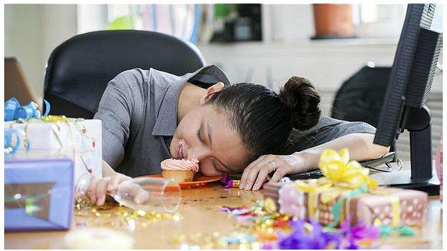 Hiệu suất làm việc chỉ còn phân nửa khi đến công sở sau bữa say xỉn từ hôm trước.