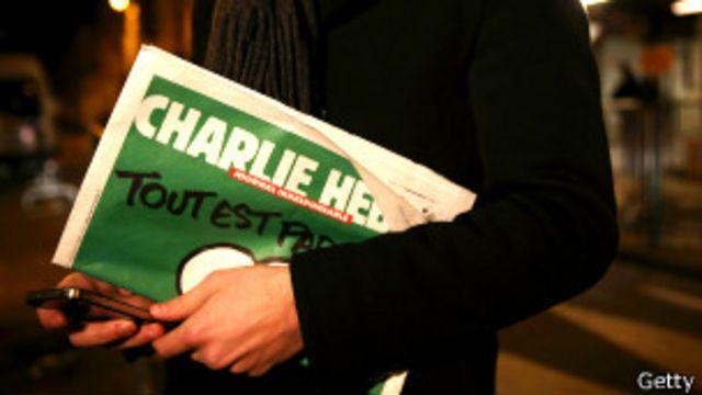 hombre llevando un Charlie Hebdo