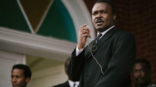 دیوید اویلو بازیگر نقش مارتین لوتر کینگ با چشمان بادامی و گیرای خود، جنبه های گوناگون شخصیت قهرمان داستان را به خوبی نشان می دهد