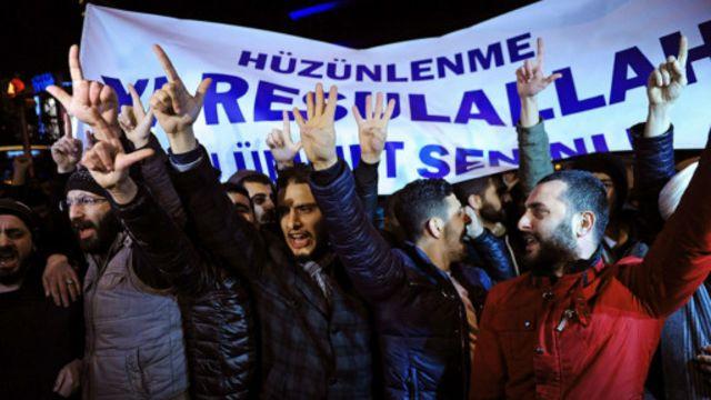 Người Hồi giáo ở Đức biểu tình với biểu ngữ: 'Nhà Tiên tri Mohammed, xin đừng giận dữ, người Hồi giáo luôn bên ngài'