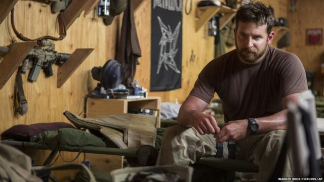 """Брэдли Купер в роли Криса Клайва. Кадр из фильма """"Американский снайпер"""""""