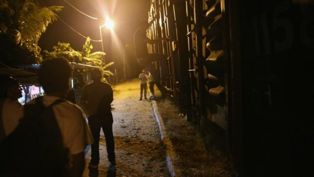 Migrantes centroamericanos abordan el tren La Bestia. Foto: Getty