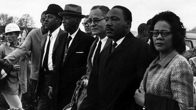 تفاوت بزرگ فیلم با تصاویری که از سال ۱۹۶۵ به جا مانده این است که در صف راهپیمایان پیروزمند درست به اندازه سیاهپوستان، افراد سفید پوست نیز شرکت دارند.