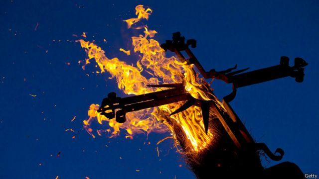 La quema de la cruz durante el festival religioso de Los Escobazos en España