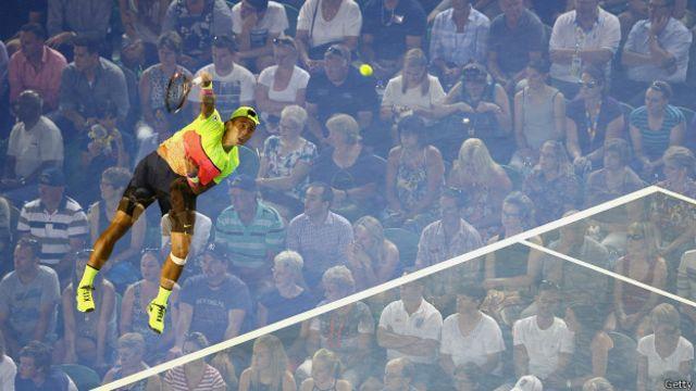 Hombre jugando tenis