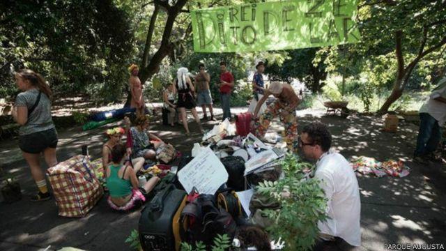 Movimento prega a ocupação do terreno com atividades gratuitas como ioga, capoeira, teatro e mutirões de limpeza