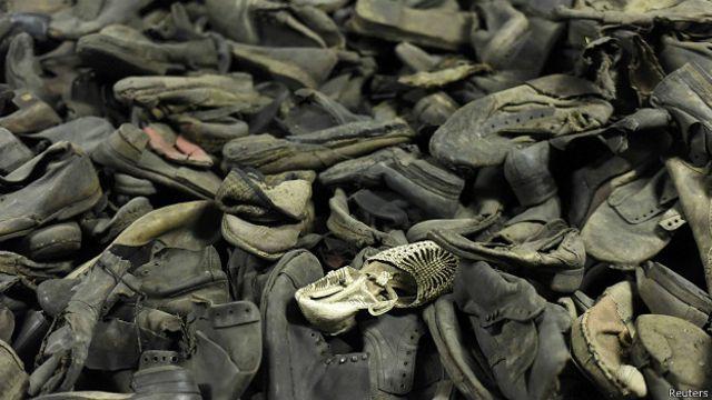 یہاں ہلاک شدگان کے جوتے وغیرہ یادگار کے طور پر رکھے گئے ہیں