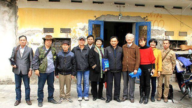 Ông Trần Anh Kim (thứ năm, phải sang) khẳng định có xảy ra vụ 'trấn áp' với đoàn khách thăm nhà ông.