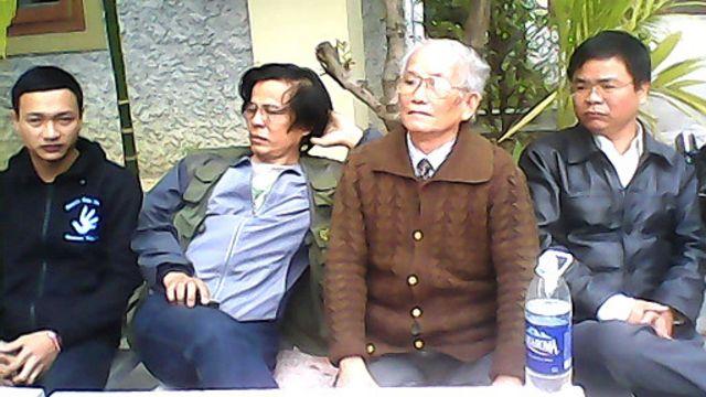 Blogger JB Nguyễn Hữu Vinh và một số thành viên đoàn thăm ông Trần Anh Kim sau khi bị 'trấn áp' ở Thái Bình.