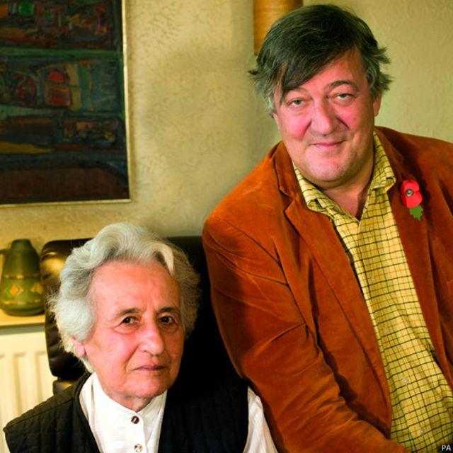 斯蒂芬•弗萊(Stephen Fry)與大屠殺倖存者安妮塔·拉斯克·沃爾費什(Anita Lasker-Wallfisch)。