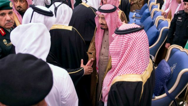 العاهل السعودي الجديد حسم موضوع انتقال السلطة داخل آل سعود بتعيين محمد بن نايف وليا لولي العهد.