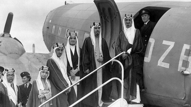 تواجه السعودية تحديين يتمثلان في الخطر الخارجي، وانتقال السلطة بين طبقة واسعة من الأحفاد.
