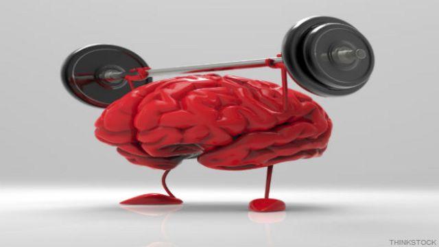 Un cerebro levantando pesas